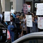 Vor dem milliardenschweren Börsengang des Fahrdienstvermittlers Uber haben die Fahrer die Arbeit niedergelegt. Mit dem Streik wollen sie auf die Diskrepanz zwischen ihren Arbeitsbedingungen und den erwarteten Gewinnen der Investoren bei dem Börsengang hinweisen. Bild: Eric Risberg/AP (San Francisco, 8. Mai 2018)