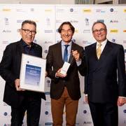 Die Stiftung Brändi gewinnt den Swiss Logistics Public Award 2018 (v. l.): Roger Aeschlimann und Pirmin Willi von der Stiftung Brändi mit Hans Rudolf Hauri, Jurypräsident der Awards. (Bild: PD)