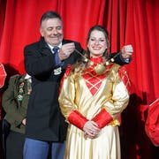 Muschelfee Nathalie Scholz erhält von Sirnachs Gemeindepräsident Kurt Baumann das Muschelgeschmeide umgelegt.