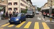 Der Lieferwagen schob das Auto auf den Fussgängerstreifen. Eine Polizistin leitete den Verkehr an der Unfallstelle vorbei.