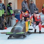 Jasmin Näf (rechts) mit ihrer Anschieberin Melanie Hasler anlässlich der Juniorinnen-WM vom vergangenen Januar in St.Moritz, an der sie den 13. Platz belegten. (Bild: PD)