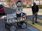 «Saiten»-Redaktor Roman Hertler mit dem Leiterwagen und der berühmten Mäder-Figur unterwegs am Oberen Graben. (Bild: Corinne Riedener - 27. März 2019)