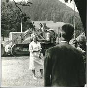 Spatenstich in Adligenswil: Alice Bucher, damalige Chefin der C.J. Bucher AG, gibt im Jahr 1965 den Startschuss zum Bau der Druckerei. (Bild: Staatsarchiv Luzern, PA 1319/20.1)