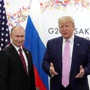 Russlands Präsident Wladimir Puting und US-Präsident Donald Trump vor ihrem Treffen am G20 in Osaka. Bild: Michael Klimentyev/EPA (Osaka, 28. Juni 2019)