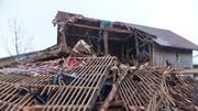 Ein stark beschädigter Stall in Sax nach dem Sturm «Burglind» im Januar 2018. (Bild: Kapo SG)