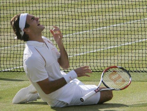 Wimbledon 2007: Federer s. Nadal 7:6 (9:7), 4:6, 7:6 (7:3), 2:6, 6:2Erneut geht Roger Federer mit der Hypothek eines kurz zuvor verlorenen French-Open-Finals ins Duell mit Erzrivale Nadal. Und erstmals muss er auch in Wimbledon ernsthaft um seine Vormachtsstellung bangen. Doch nach einem Fünfsatz-Sieg wird er zum zweiten Spieler neben dem Schweden Björn Borg, der in Wimbledon fünf Mal in Folge gewinnt. Ehrfürchtig sagt er nach dem Sieg: «Rafa wird immer besser. Ich nehme jeden Titel, den ich bekomme.» Im Publikum sitzen neben Borg John McEnroe, Jimmy Connors und Boris Becker. «Daran werde ich mich immer erinnern», sagt Federer.