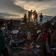 Einwohner auf einem Trümmerhaufen in der zerstörten indonesischen Stadt Palu auf Sulawesi. (Bild: Ulet Ifansasti/Getty (Palu, 10. Oktober 2018))