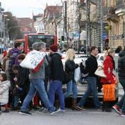 Beklemmende Szenen in der Bodanstraße in Konstanz: Einkäufer drängen zwischen Weihnachten und Silvester 2012 in die Stadt, auf den Gehwegen herrscht Gedränge, auf den Straßen Stau.