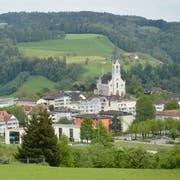 Falls die Kirchberger Stimmbürger (auf dem Foto das Dorf Bazenheid) den Antrag am 23. August gutheissen, wird die Schulordnung angepasst. (Bild: Beat Lanzendorfer)