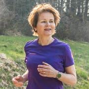Brigitte Häberli joggt am Waldrand beim Bichelsee. (Bilder: Andrea Stalder)