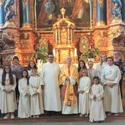 Gruppenbild der neuen Ministranten mit ihren Betreuerinnen, Pastoralraumleiter Ivan Trajkov und Pater Josef Gander. (Bild: PD)