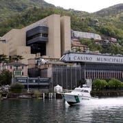 Aussenansicht des Casinos in der Italienischen Enklave Campione d`Italia mit dem alten Teil rechts unten und dem Neubau des Schweizer Stararchitekten Mario Botta. (Bild: Karl Mathis/Keystone (Campione d' Italia, 21. April 2009))