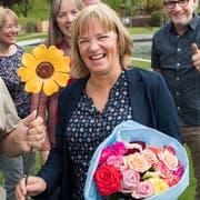 Der zurücktretende Oskar Mathis gratuliert Claudia Röösli von der L 20 zur Wahl. (Bild: Eveline Beerkircher, Horw, 19. Mai 2019)