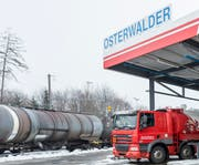 Von den Rheinhäfen in Basel wird das Mineralöl mit der Bahn nach Häggenschwil transportiert, verteilt wird es dann mit Lastwagen.