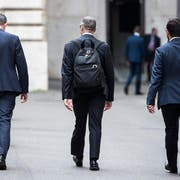 Carlo Cottarelli (Mitte) verlässt den Präsidentenpalast in Rom. (Angelo Carconi/AP)