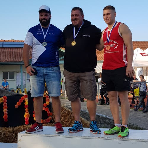 15. September: Tobias Kaiser vom STV Gams (links) gewann an den Schweizer Meisterschaften im Steinstossen mit dem 18-kg-Stein die Silbermedaille. Bild: PD
