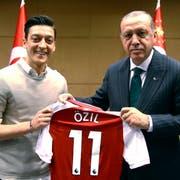 Das Bild, das alles ins Rollen brachte: Mesut Özil trifft den türkischen Autokraten Erdogan in London. (Bild: AP; 13. Mai 2018)