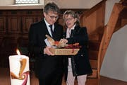 Der neugewählte Pfarrer Beat Müller mit seiner Frau Theresia. (Bild: Therese Schurter)