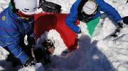 Dieser Sportler wurde von einer Lawine erfasst und blieb dank Airbag an der Oberfläche - wo er schnell aus den Schneemassen befreit werden konnte. (Bild: ZVG)