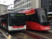 Ein Tango-Zug der Appenzeller Bahnen mit einem Bahnersatzbus auf dem St.Galler Bohl. (Bild: Reto Voneschen - 12. Januar 2019)