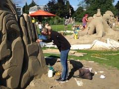 Am Freitagmittag wird an den Details der Sandskulpturen auf der Arionwiese in Rorschach gefeilt. Neun Teams mit Teilnehmerinnen und Teilnehmern aus sieben Ländern kämpfen um die Gunst von Jury und Publikum. (Bilder: Reto Voneschen)