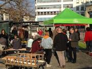 Der Apéro zur Parkplatzaufhebung von SP und Grünen auf dem Marktplatz. (Bild: Reto Voneschen - 1. April 2019)