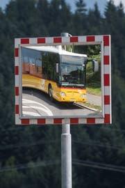 Ein Postauto unterwegs in Udligenswil. 29 von 105 Buslinien im Kanton Luzern werden von der Postauto AG betrieben. (Bild: Boris Bürgisser, 27. Juni 2017)