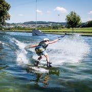 Ein Wakeboarder schiesst am Lift durchs Kefiker Naturbad. (Bilder: Reto Martin)