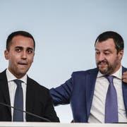 Die beiden italienischen Vizepremiers Luigi Di Maio (links) und Matteo Salvini während einer Pressekonferenz in Rom. (Bild: Giuseppe Lami/EPA, 3. Oktober 2018)