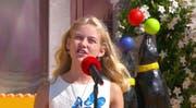 Am roten Mikrofon: Valea Artho darf als Nachwuchstalent vor einem Millionenpublikum singen. (Bilder: Screenshots ARD)