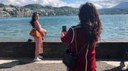 Posen für das perfekte Bild – trotz den windigen Verhältnissen am Luzerner Seebecken. (Bild: Janick Wetterwald, Luzern, 13. Mai 2019)
