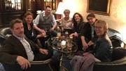 Umtrunk in einer Frankfurter Hotelbar nach der entscheidenden Sitzung: die Jurymitglieder Paul Jandl, Tanja Graf, Uwe Kalkowski, Marianne Sax, Christine Lötscher, Christoph Bartmann und Luzia Braun. (Bild: PD)