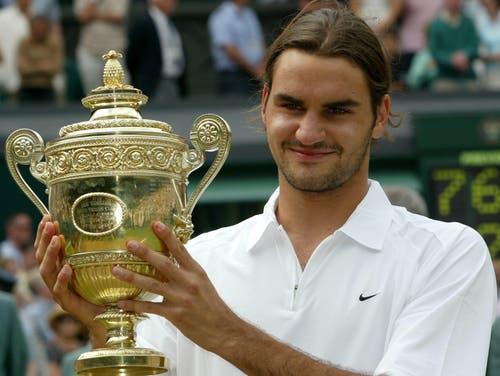 Wimbledon 2003: Federer s. Philippoussis 7:6 (7:5), 6:2, 7:6 (7:3)Auf dem Weg in den Final gibt Roger Federer nur einen Satz ab. Im Halbfinal setzt er sich klar gegen Favorit Andy Roddick durch. Schwierige Momente erlebt der Schweizer vor den Achtelfinals gegen Feliciano Lopez, als er sich wegen eines Hexenschusses behandeln lassen muss. «Für mich ist es ein Wunder, dass ich mit diesen Schmerzen gewinnen konnte.» Gegen den ungesetzten Philippoussis gewinnt Federer klar. Er sinkt in die Knie, es fliessen Tränen. «Magisch, kaum zu fassen», sagt Federer.