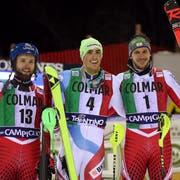 In Madonna di Campiglio gewann Daniel Yule (Mitte) als erster Schweizer seit 2007 einen Weltcup-Slalom. Die beiden Österreicher Marco Schwarz (links) und Michael Matt belegten die Ränge zwei und drei. (Bild Andrea Solero/EPA (Madonna di Campiglio, 22. Dezember 2018))