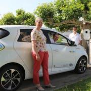Gisela Bürge von Thurbo, Sulgens Gemeindepräsident Andreas Opprecht und Rolf Gehrig von Mobility stellen das Elektroauto vor. (Bild: Hannelore Bruderer)