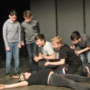 Der Gummibärlikönig wird von findigen Schauspielern ausser Gefecht gesetzt. (Bild: Kristin Ludin)
