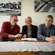 Peter Gysler, Susanne Dschulnigg und Walter Studer studieren die Zahlen zur Botschaft. (Bild: Martina Eggenberger)