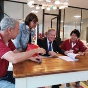 Christof Roell, Stadträtin Dorena Raggenbass, Stadtpräsident Thomas Niederberger und Monika Roell diskutieren im Trösch-Café. (Bild: Martina Eggenberger)
