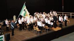 Die Musikantinnen und Musikanten des Musikvereins Buchs-Räfis freuen sich mit ihrem Dirigenten über das gute Resultat in der 2. Stärkeklasse.