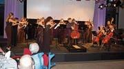 Zauberhafte Musik: 20 junge Musikerinnen und Musiker des Ensembles Esperanza und Star-Cellist István Várdai (Mitte) unterhalten die Gäste der Casino-Förderstiftung aufs Beste. (Bild: Leo Coray)