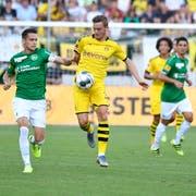 Dortmunds zweifacher Torschütze Jacob Bruun Larsen (Mitte) und St.Gallens Jordi Quintillà. (Bild: Ralph Ribi)