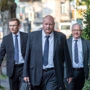 Adi Achermann (links) und Daniel Bussmann (Mitte) mit ihren Anwälten auf dem Weg zum Kantonsgericht. (Bild: Pius Amrein (Luzern, 23. August 2018))