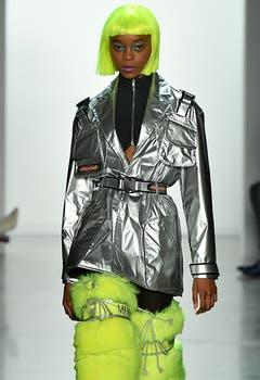 Space-Look von Jermey Scott: Zum Silber Perücken und Fellbeinkleider in Neonfarben.
