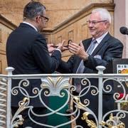 Stadtpräsident Thomas Weingart bekommt von Bernhard Bischof, dem OK-Präsidenten der Rosen- und Kulturwoche, den Stadtschlüssel. (Bilder: Reto Martin)