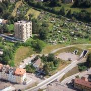 Im unteren Teil der Ruckhalde sind zwei Neubauten geplant. Das Gebäude links des Trassees der Appenzeller Bahnen soll ihnen weichen. (Bild: Ralph Ribi/8. August 2019)