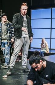 """Stefan Schönholzer als Bastian in """"Verrücktes Blut"""" am Theater St. Gallen, Szenenbild mit Lukas Riedle, Kay Kysela und Jessica Cuna. (Bild: Tanja Dorendorf)"""