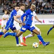 Umkämpftes Duell zwischen dem FC Luzern (vorne Blessing Eleke gegen den FC Thun. (Bild: Philipp Schmidli (Luzern, 23. April 2019))