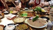 Die Luzerner Lehrlinge probieren in Schanghai allerhand exotische Gerichte. (Bild: PD)