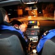 SCHWEIZ - GRENZE CHIASSO - Grenzwaechter des Tessiner Grenzwachtkorps GWK patroullieren am 18. September 2008 im Auto bei Chiasso. Zwei Personen aus Somalia werden verhaftet, die versuchten, illegal in die Schweiz einzureisen. Fotografiert am 18. September 2008 in Luzern(NeueLZ/Nadia Schärli)GRENZEN, GRENZWAECHTER, GRENZWACHKORPS, PATROULLIEREN, BEAMTER, ZOLL, ZOLLBEAMTER, , UEBERWACHUNG, KANTON TESSIN, LANDESGRENZE,