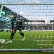 St.Gallens Goalie Dejan Stojanovic musste gegen YB gleich dreimal hinter sich greifen. (Bild: Urs Bucher)